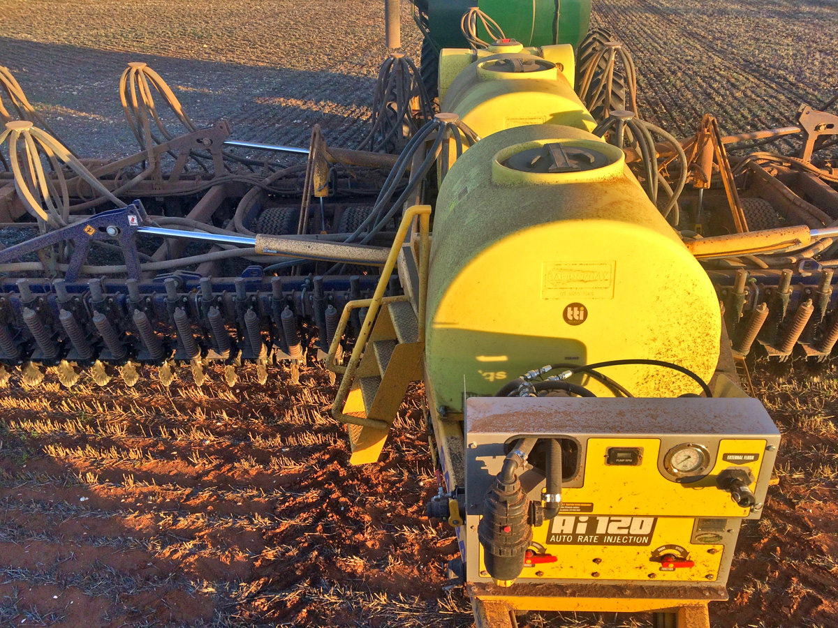 A neat liquid conversion on the SA Bar Disc Seeder. Two 1500 Lt Tanks and one 300Lt tank at the back.